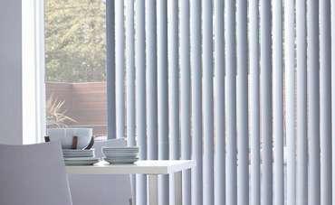 Văn phòng nên chọn rèm lá dọc hay rèm sáo nhôm